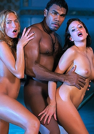 Kate More y Sophie Evans en un trío anal interracial