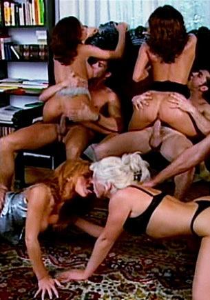 Blanche und Honey lassen sich in einem Dreier von einem dicken Schwanz die Ärsche hart durchhämmern